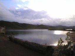 【写真中】グランドカオリコースに入るペリニョン橋周辺の景色。周辺は静寂に包まれ神秘的な湖
