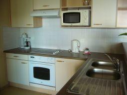 【写真左】設備の整ったフルキッチン