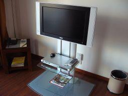 【写真中央】最新のテレビ。DVDも楽しめます。