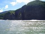 【写真右】波で削られた丸い岩