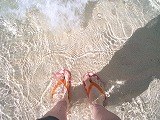 【写真中】透明すぎる海と私の足