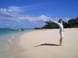 【写真左】ふわふわ白砂ビーチ