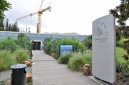【写真左】お洒落な外装のヌメア水族館