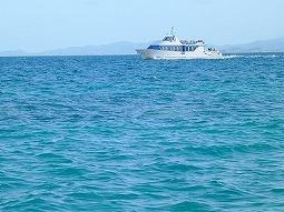 【写真中】違う船とすれ違うと波が立って船が揺れます。酔いやすい方はご注意を・・・