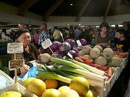 【写真左】新鮮な野菜や果物がたくさん並びます