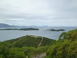 【写真中】遠くの方の小さな島まで見渡せます。もっと天気が良ければ・・・