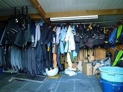 【写真中】倉庫の中にはレンタル器材がいっぱい