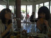 【写真右】ボリュームのあるハンバーガーとポテトを3人で分けましたが、お腹がすいていたのでぺロリでした