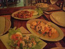 【写真中央】店内の様子。きちんとテーブルセットがされており、タイ料理屋さんではないみたい
