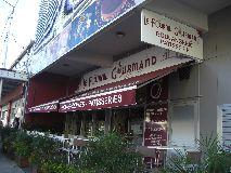 【写真左】お店外観。気軽に立ち寄れる街角パン屋さん