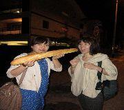 【写真左】フランスパンはこの大きさで、なんと!たったの97CPF