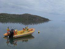 【写真右】クルーズのボートは小さめですが、今回は9名乗りました。