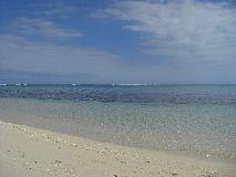 【写真左】テニア島の海。透明度が高く、サンゴもいっぱい♪