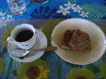 【写真右】コーヒーとデザートのケーキ。どれも美味しくて大満足。
