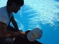 【写真右】エスカペード・アイランド・リゾートのプールに入りたがるミニデビル