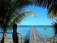 【写真右】リゾート気分が盛り上がるメトル島の桟橋