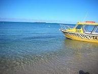 【写真左】このタクシーボートに乗ってメトル島へ!!