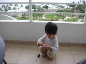 【写真中】お気に入りのトミカの車で遊ぶ息子