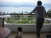 【写真左】広いテラスで過ごす主人と息子。ちょっと先にはカナール島が見えてます♪