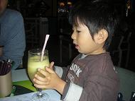 【写真中】フルーツジュースに喜ぶミニデビル