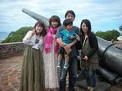 【写真左】見晴らしの良いウァントロの丘で記念撮影!!