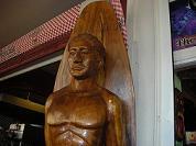 【写真右】ミニデビルが恐れた木彫りの置物