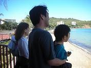 【写真中】プラージュ・ロワジールのデッキから海に向かって叫んでます。ちょっと怪しい…