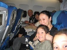 【写真左】機内は2席:4席:2席なので横1列(4席:2席)で押さえました