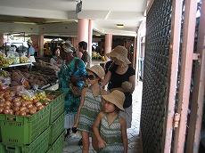 【写真左】朝市の野菜売り場、魚屋さんを散策