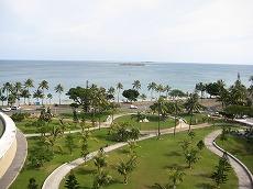 【写真右】プロムナードホテルから見えるアンスバタビーチ。沖合いにはカナール島が見えます
