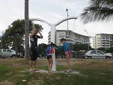 【写真右】真水ですがアンスバタビーチにもシャワーがああって便利です。夕方のシャワーは冷たいので、タオルを持参してください