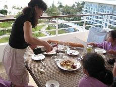 【写真左】アンスバタビーチが一望できるテラスには6人がけのテーブルがあり雰囲気良い食事が楽しめます