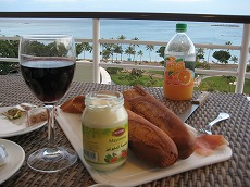 【写真中】ワインも1,000CFP前後、バケットは1本100CFP、マヨネーズ、ジュース、生ハム、チーズは日本に比べるとかなりお安く、しかも味は最高!