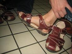 【写真左】娘たちが履いていたサンダルが濡れてびちょびちょなので1足づつ購入(1,100CFP)
