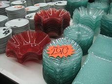 【写真中】市内、ココティエ広場裏の「NOUMEA PAS CHER」はニューカレドニア版「ニトリ」。おしゃれなお皿がお安く(写真は290CFP)、おばあちゃんは赤いお皿を7枚も購入(割れずに帰国)