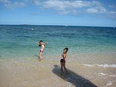【写真左】こんなきれいな海、初めて見た!と大はしゃぎ