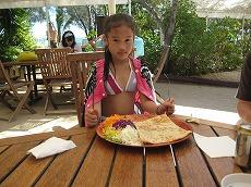 【写真右】島内にバーベキューレストランがあります。手ぶらもここで昼食、ビールも飲めます。ハム&チーズ入りのクレーは1050CFP