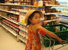 【写真右】日本のスーパーと同じ感覚で親子共々楽しめます