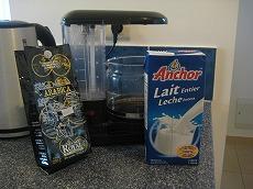 【写真右】備え付けのコーヒーメーカー。コーヒー豆は別で、メラネシア&ニューカレドニア産で550CFP、牛乳は130CFPでした