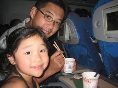 【写真右】「お腹がすいた」という子供のためにカップヌードルもリクエストで用意してくれます。子供用といいつつ匂いに我慢できず私も…(帰国便にて)