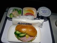 【写真右】エアカランの軽食:卵ハムサンド