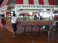 【写真右】マルシェ内のカフェはフランス式。