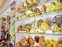 名物のレモンチェッロなどを売る店