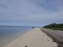 【写真右】メトル島の水上ヴィラと反対側のビーチ