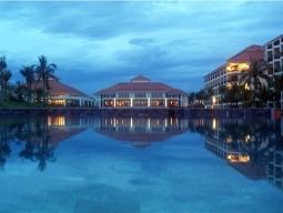 夕刻のホテル全景