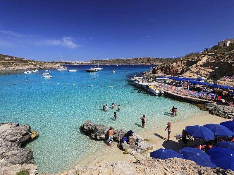 美しいビーチがあるコミノ島