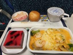 【写真中】機内ではおいしいとの噂を聞いたお魚料理をチョイス。