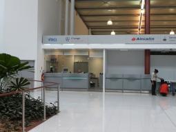 【写真左】ヌーメア空港到着時の両替所。スーツケースを受け取ってすぐのところにあります