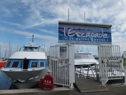 【写真中】このボートに乗ってメトル島へ