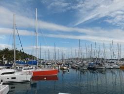 【写真右】南フランスの雰囲気のハーバーには、個人所有の自家用ボートがたくさん!